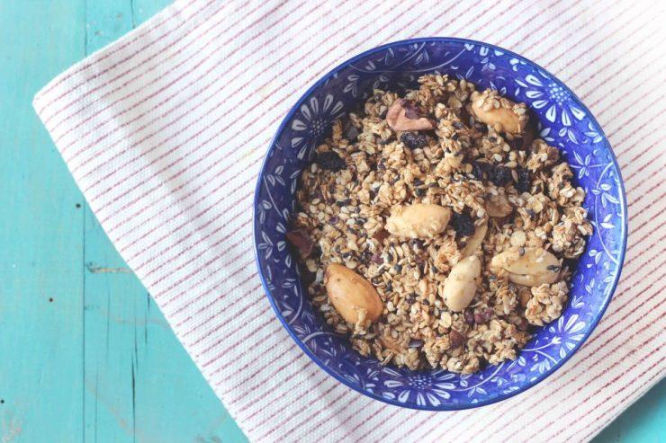 Granola homemade con mandorle, sesamo e semi di lino