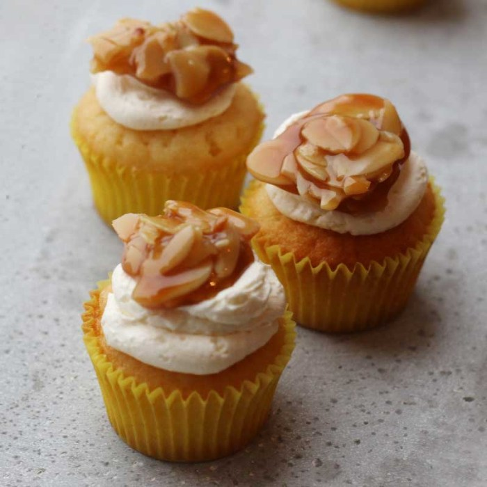 Mini Bienenstich Cupcakes | Bake to the roots