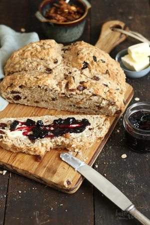 Irisches Soda Bread mit Rosinen und Cranberries