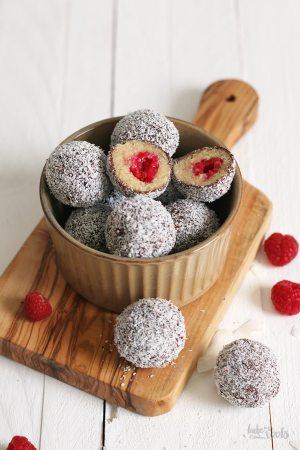 Vegane Himbeere Lamington Energy Balls