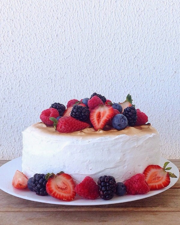 LEMON CAKE WITH BERRIES