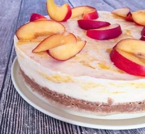 Fruchtige Buttermilch-Torte mit Keksboden - Nahaufnahme