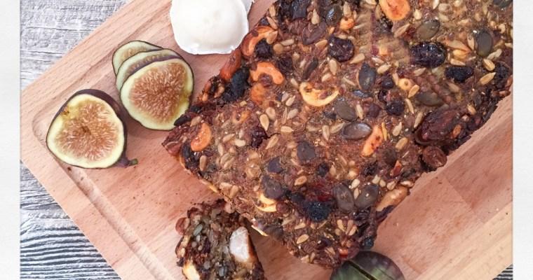 Low Carb Brot mit Nüssen, Saaten und Früchten