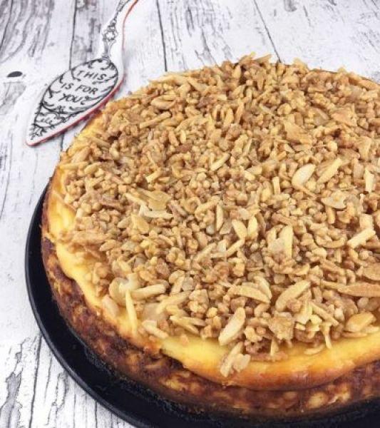 Nahaufnahme Cheesecake mit knuspriger Mandelkruste