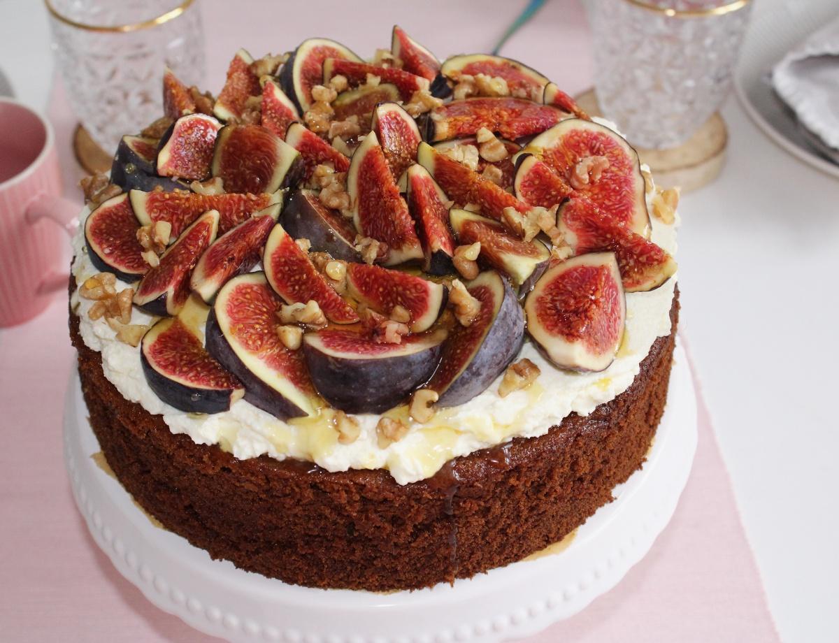 Nahaufnahme Honigkuchen mit Mascarpone, Feigen und Walnüssen