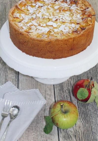 Apfel-Kuchen mit Schmand und Mandeln im Hochformat