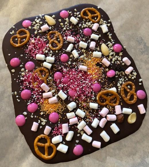 Bruch-Schokolade mit Mini-Salzbrezeln, Marshmallows und pinken Smarties