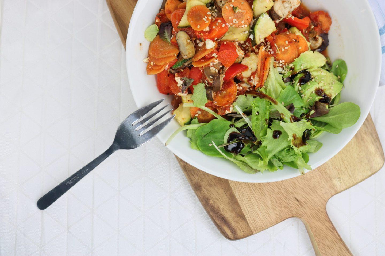 Mediterraner Gemüseauflauf mit Parmesan und Avocadosalat