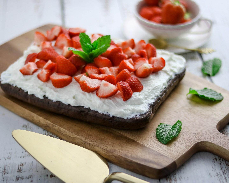 Gesunder Schokoladen-Erdbeer Kuchen