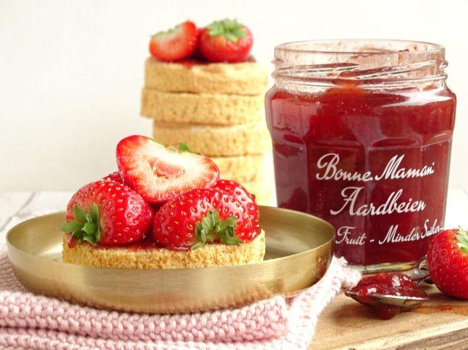 Krokant anijsbiscuit met jam en aardbeien