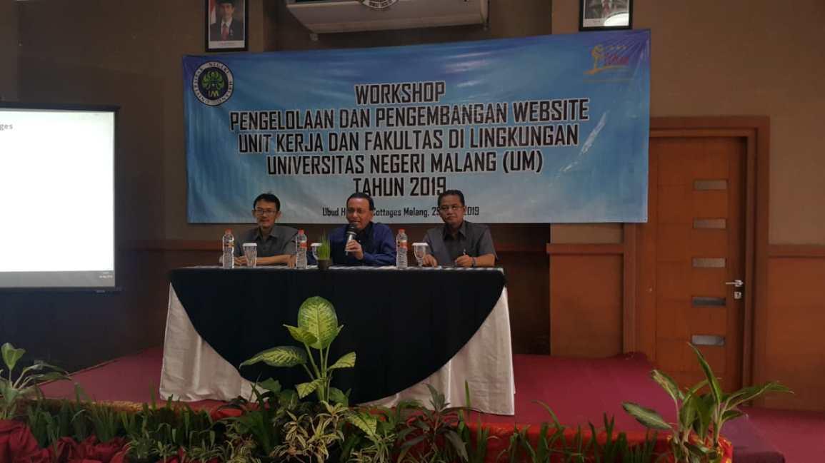Pejabat UM (kiri ke kanan) Yusuf Ikhwanto, Kabag PSI; Prof. Ibrahim Bafadal, WR IV; Amin Sidiq, Kepala Biro UK