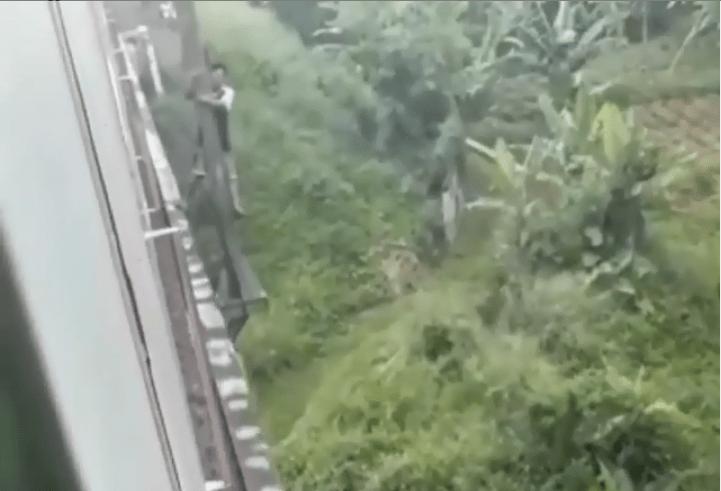 video viral pria bergelantungan di jembatan kereta