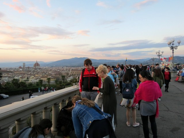 15.1443191632.sunset-at-piazzale-michelangelo-and-a-tourist-