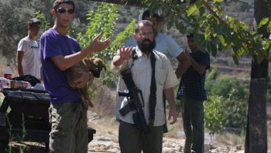 صورة مستوطن يعتدي على طفلين قرب باب الخليل بالقدس المحتلة
