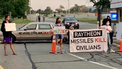 """صورة تضامنا مع فلسطين: أميركيون يغلقون مداخل شركة """"رايثيون"""" المصنعة للصواريخ الموجهة"""