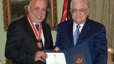 صورة الرئيس يقلّد الفنان المصري أشرف زكي أعلى وسام ثقافي في فلسطين