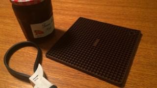 苦労する瓶の蓋あけ。オープナーとシリコン鍋敷きは如何でしょうか。