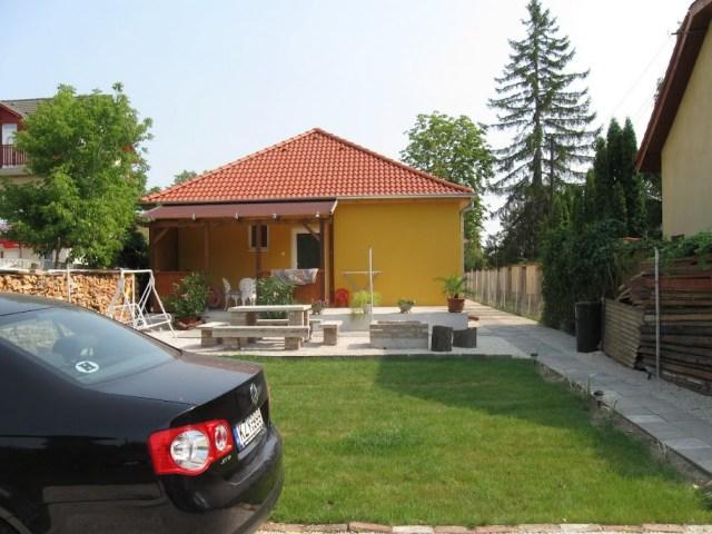 hIMG 2245 A 2-4-6 fős apartmanok Balatonlelle vízparti utcájában, a strand mellett találhatók.