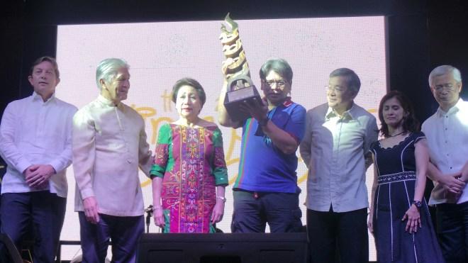 Kaloy Manlupig accepts Galing Pook Citizenship Award
