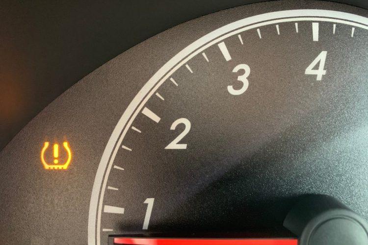 luz no painel que indica a baixa pressão do pneu