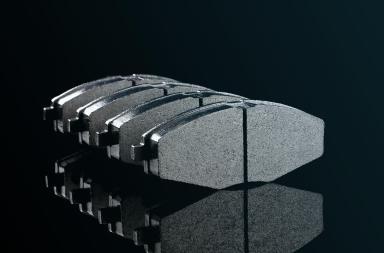 imagem de 4 pastilhas de freio sob um fundo escuro