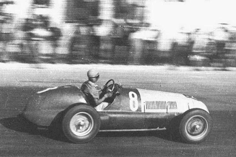 Chico Landi correndo em seu carro de corrida.