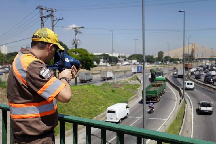 agente da CET procurando infratores de trânsito