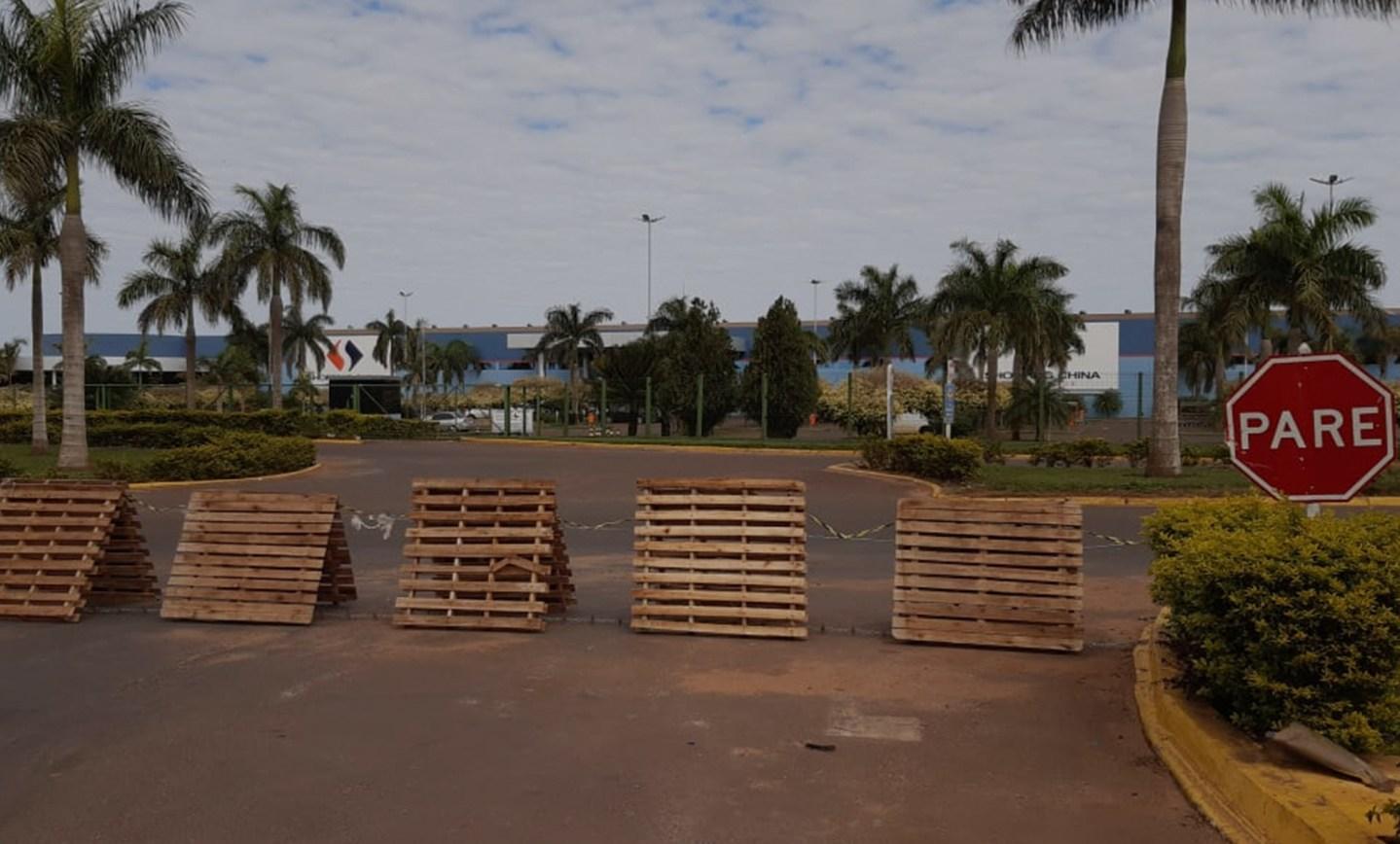 Uma loja de autopeças na fronteira (fechada) entre Paraguai e Brasil
