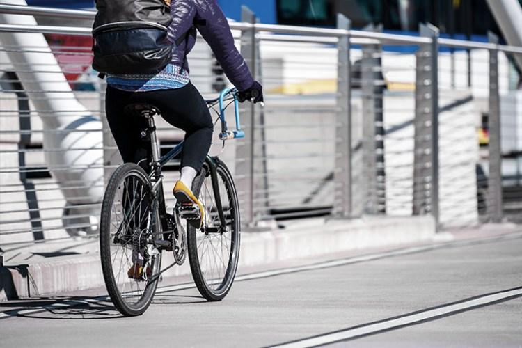 Pessoa pedalando