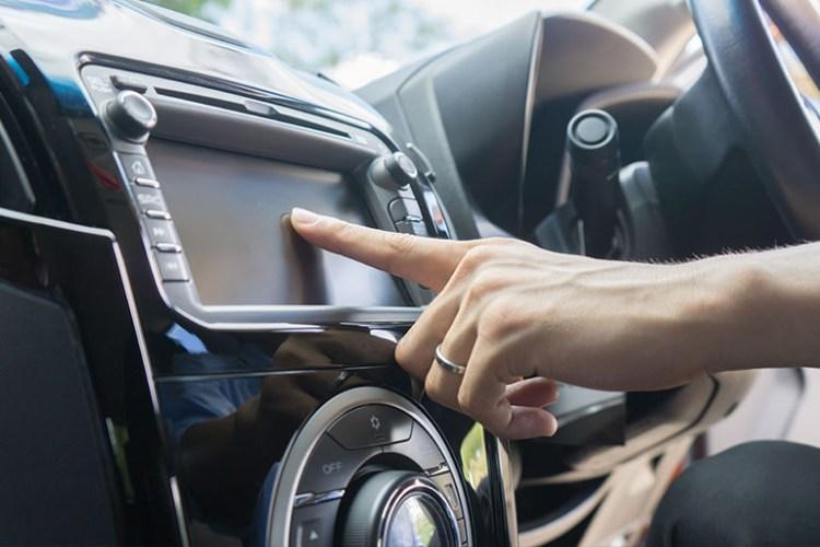 Sistema de som em carro moderno