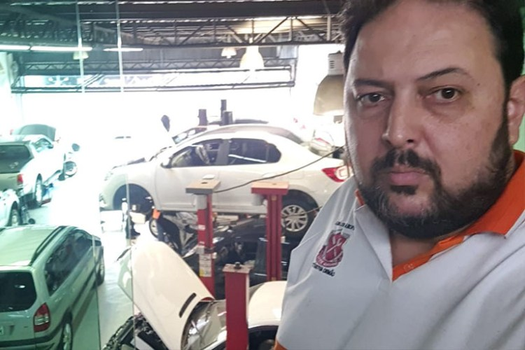 Fernando Romão, mecânico da Oficina Veyron, em São Paulo (SP).