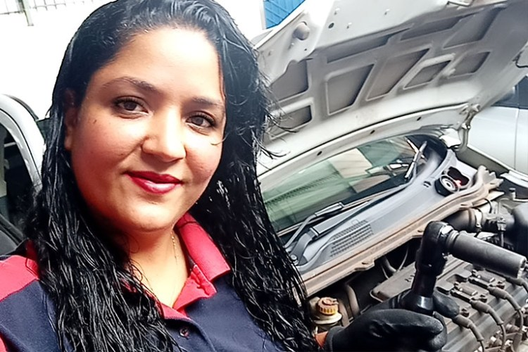 Aline Alves de Freitas, mecânica da Oficina Giroflex, em Uberlândia (MG).