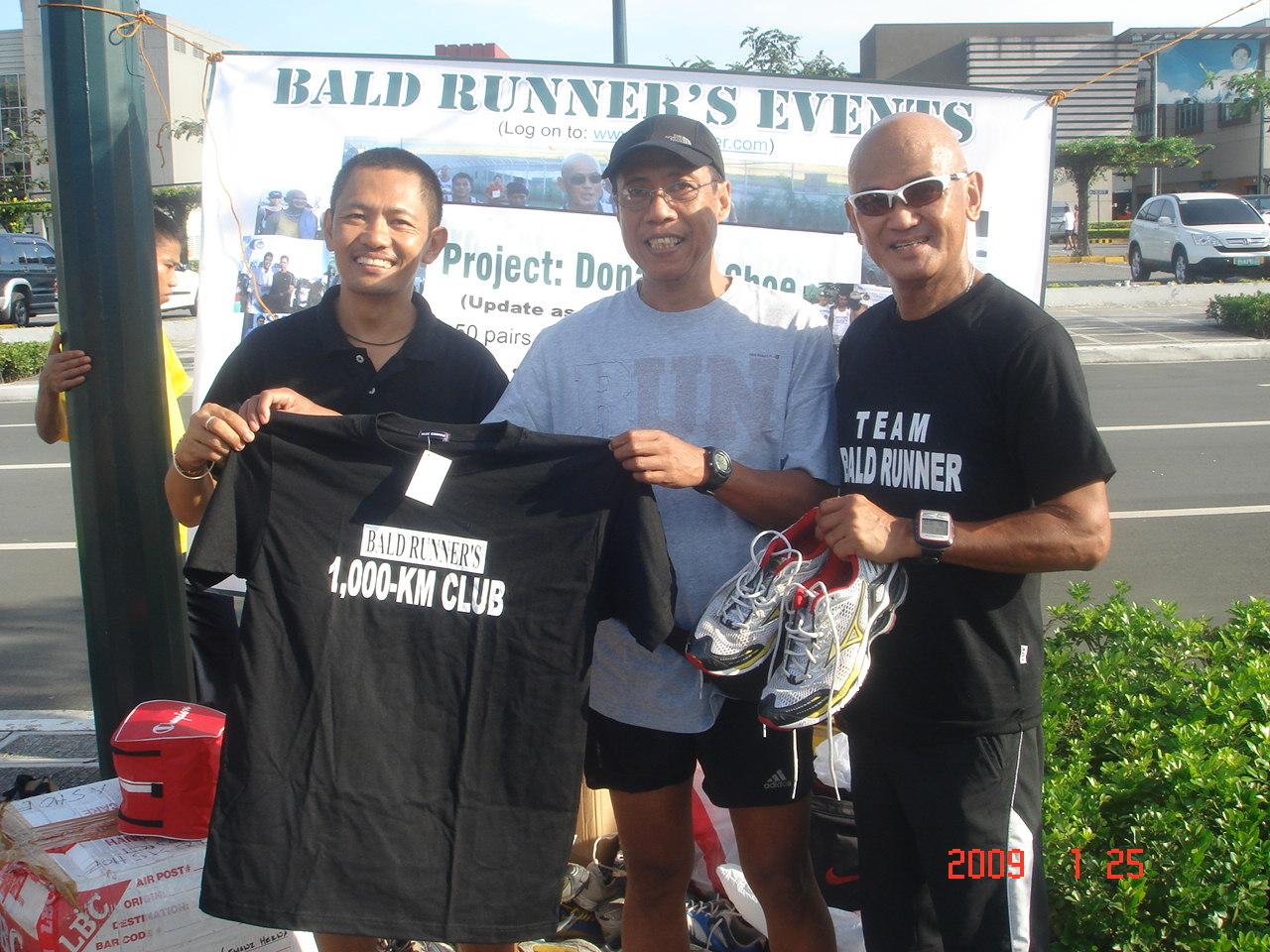 "Felipe Dumpit aka Lendendorf Leben Receiving Finisher's T-Shirt & Donating His ""Used"" Mizuno Running Shoes"