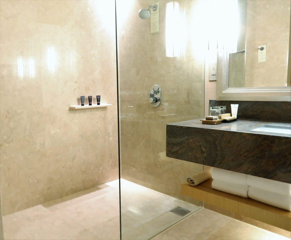 Marina Sands Bay Hotel Shower