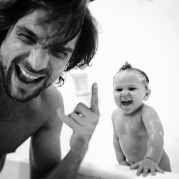 Hora do banho: Igor Rickli mostra o momento íntimo com Antônio (Foto: Reprodução/Instagram)