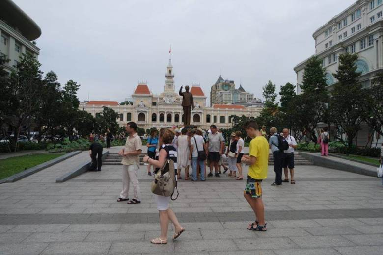 Saigon Square, lapangan terbuka dengan patung Ho Chi Minh yang jadi obyek foto-foto turis