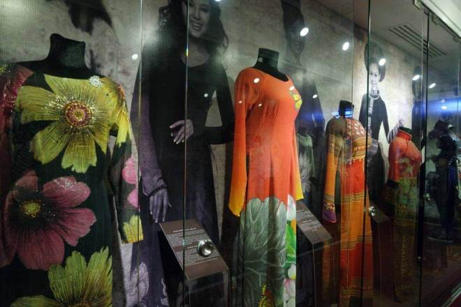 Display baju tradisional Vietnam