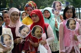 Sejumlah Pegawai Negeri Sipil (PNS) berpakaian kebaya dan membawah foto Ibu Kartini saat mengikuti upacara dalam rangka peringatan Hari Kartini di halaman Balai Kota Kediri, Senin (21/4). Upacara yang diikuti ribuan pegawai negeri sipil di wilayah kerja Kota Kediri tersebut bertemakan Hari Kartini dengan memakai pakaian kebaya dan pakaian adat daerah di Indonesia. ANTARA FOTO/Rudi Mulya/Asf/mes/14.