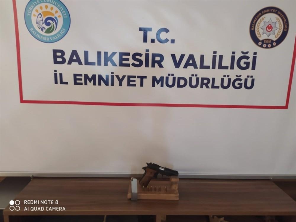 Balıkesir'de polis 13 silah ele geçirdi