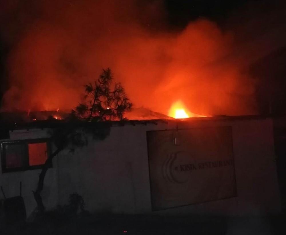 Restoranda çıkan yangın ormanlık alan sıçramadan söndürüldü