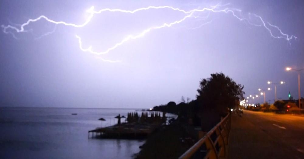 Ayvalık'ı vuran dolu yağışı ve fırtınada oluşan şimşekler böyle görüntülendi