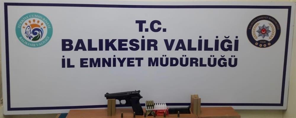 Balıkesir'de polis 13 aranan şahsı yakalarken 5 silah ele geçirdi