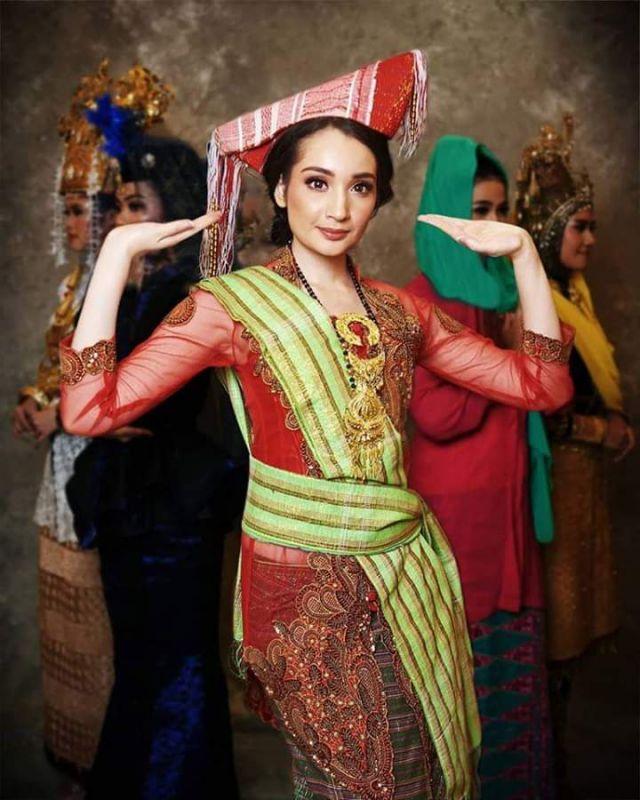 baju adat indonesia finalis puteri indonesia asal Sumatera Utara