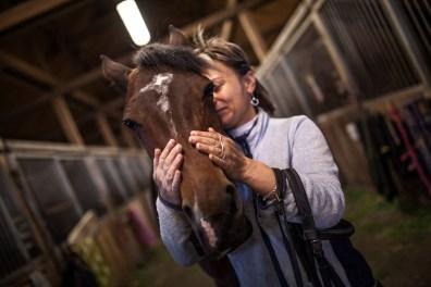 """""""A lovakkal való kommunikáció, a velük való együttlét az egy olyan mentálhigiéniás program, amit az emberekkel való munka nagyon ritkán nyújt"""" - mondja Kata arról, miért is kötött ki a lovak mellett. A ló és ember közti """"tiszta kommunikáció"""", mely sokkal egyszerűbb a sokcsatornás emberi érintkezésnél - ez jelenti a biztos pontot az életében, és ugyanez adhat bámulatos eredményeket olyan eseteknél, ahol más terápiás módszerek sikertelennek bizonyultak."""