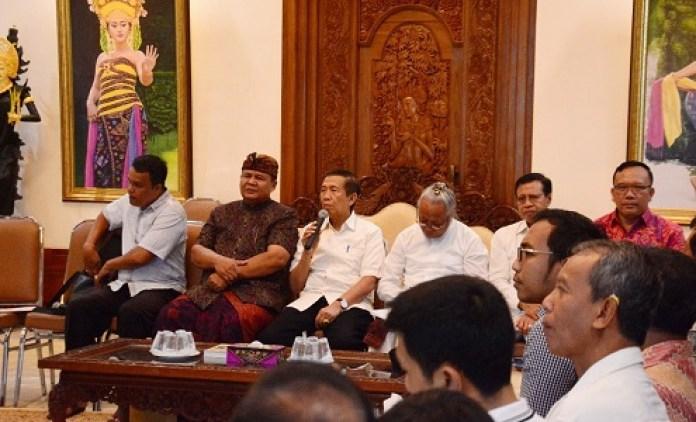 Made Mangku Pastika chaired the committee meeting of World Hindu Meet 2018. balipicturenews.com