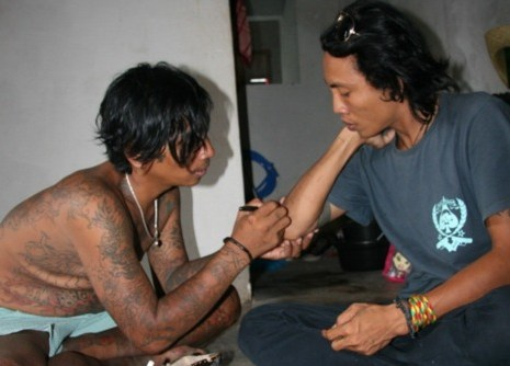 Sableng tattoo in Amed, Bali (tatouage balinais)