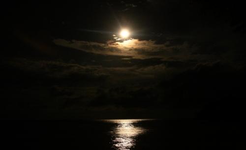 Pleine lune et son reflet sur l'eau à Amed, Karangasem, Bali