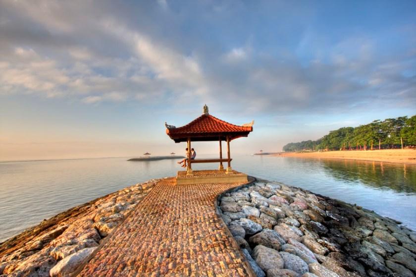La plage de Sanur au lever du soleil par Sukandia