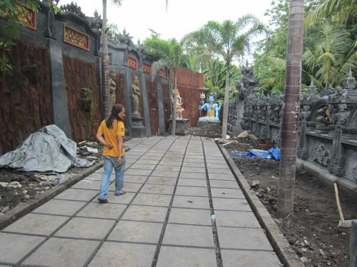 Suala dans son centre de méditation en construction, Amlapura, Karangasem, Bali