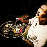 Bali : homme faisant des offrandes aux Dieux - © Kaitlin Miskel